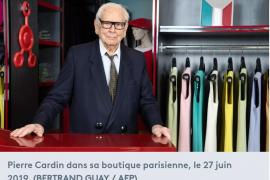 Pierre Cardin, ds sa boutique parisoenne à Paris.